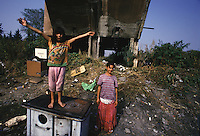 ITALIA Torino  Campo nomadi Rom  (Campo dell'Arrivore, 2001). due ragazzine
