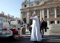 Papa Francesco saluta i fedeli al termine dell'udienza generale del mercoledi' in Piazza San Pietro, Citta' del Vaticano, 30 dicembre 2015.<br /> Pope Francis waves to faithful at the end of his weekly general audience in St. Peter's Square at the Vatican, 30 December 2015.<br /> UPDATE IMAGES PRESS/Isabella Bonotto<br /> <br /> STRICTLY ONLY FOR EDITORIAL USE