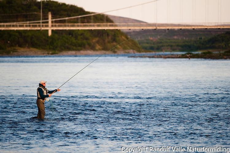 Mann fisker med flue i Tana ---- Man fly fishing in Tana