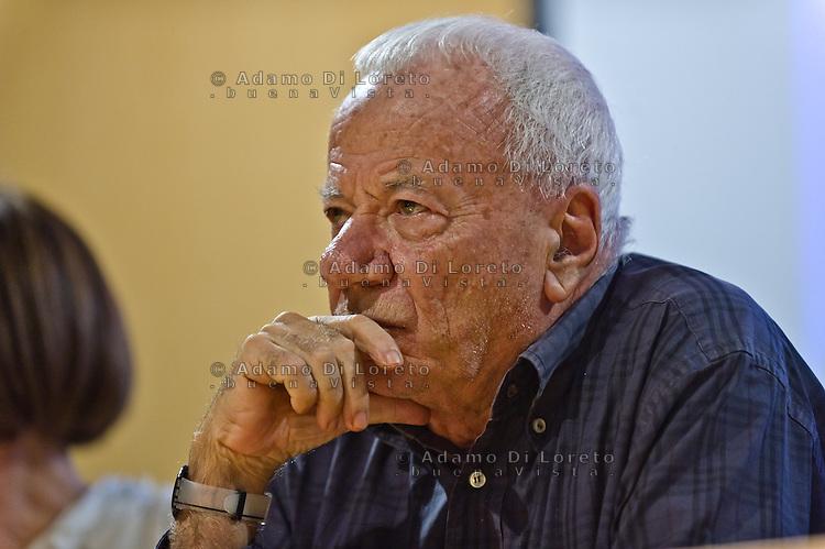 """PESCARA (PE) 18/10/2012 - PREMIAZIONE DEL CONCORSO FOTOGRAFICO DAL NOME """"RAZZA UMANA"""" NEL MUSEO DELLE GENTI D'ABRUZZO. NELLA FOTO IL CRITICO D'ARTE ACHILLE BONITO OLIVA  FOTO DI LORETO ADAMO"""