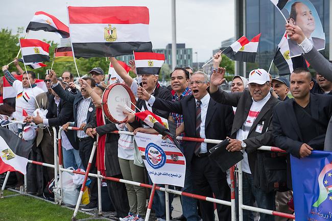 Der aegyptische Praesident Abdel Fattah al-Sisi kam am 3. und 4. Juni 2015 zu einem Staatsbesuch nach Berlin.<br /> Im Vorfeld gab es Proteste gegen diesen Besuch, da in Aegypten u.a. massenweise Todesurteile gegen Regierungsgegner verhaengt und missliebige Journalisten verhaftet werden. Bundestagspraesident Norbert Lammert sagte ein Treffen mit al Sisi ab. Bundespraesident Gauck hingegen empfing den Praesidenten mit militaerischen Ehren und Bundeskanzlerin Merkel lud ihn in das Bundeskanzleramt ein.<br /> Im Bild: Ca. 200 Anhaenger von al Sisi feiern seinen Besuch in Berlin mit Fahnen, Transparenten, Sprechchoeren Musik und Luftballons. Unter den Demonstranten kam es kurz zu einer Auseinandersetzung mit vermeindlichen Gegnern des Praesidenten. Zwei Personen wurden von der Polizei festgenommen.<br /> 3.6.2015, Berlin<br /> Copyright: Christian-Ditsch.de<br /> [Inhaltsveraendernde Manipulation des Fotos nur nach ausdruecklicher Genehmigung des Fotografen. Vereinbarungen ueber Abtretung von Persoenlichkeitsrechten/Model Release der abgebildeten Person/Personen liegen nicht vor. NO MODEL RELEASE! Nur fuer Redaktionelle Zwecke. Don't publish without copyright Christian-Ditsch.de, Veroeffentlichung nur mit Fotografennennung, sowie gegen Honorar, MwSt. und Beleg. Konto: I N G - D i B a, IBAN DE58500105175400192269, BIC INGDDEFFXXX, Kontakt: post@christian-ditsch.de<br /> Bei der Bearbeitung der Dateiinformationen darf die Urheberkennzeichnung in den EXIF- und  IPTC-Daten nicht entfernt werden, diese sind in digitalen Medien nach &sect;95c UrhG rechtlich geschuetzt. Der Urhebervermerk wird gemaess &sect;13 UrhG verlangt.]