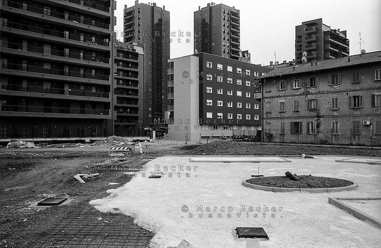 Milano, quartiere Bovisa, periferia nord. Un nuovo complesso residenziale e la antica Cascina Albana --- Milan, Bovisa district, north periphery. New residential buildings near the ancient farmstead Cascina Albana