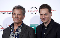 "L'attore statunitense Viggo Mortensen (s) ed il regista statunitense Matt Ross (d) posano durante un photocall per la presentazione del film ""Captain Fantastic"" al Festival Internazionale del Film di Roma, 17 ottobre 2016.<br /> U.S. actor Viggo Mortensen (l) and U.S. director Matt Ross (r) pose for a photocall to present the movie ""Captain Fantastic"" during the international Rome Film Festival at Rome's Auditorium, 17 October 2016..<br /> UPDATE IMAGES PRESS/Isabella Bonotto"