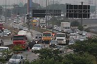 S&Atilde;O PAULO, SP, 30/01/2012, CAMINH&Atilde;O PERDE RODA + TRANSITO MARG. TIETE.<br />  Um caminh&atilde;o perdeu a roda na Marginal Tiete proximo a ponte Cruzeiro do Sul, com isso a pista expressa ficou totalmente travada, o reflexo chegou at&eacute; a Rodovia Dutra.<br /> Luiz Guarnieri/ News Free