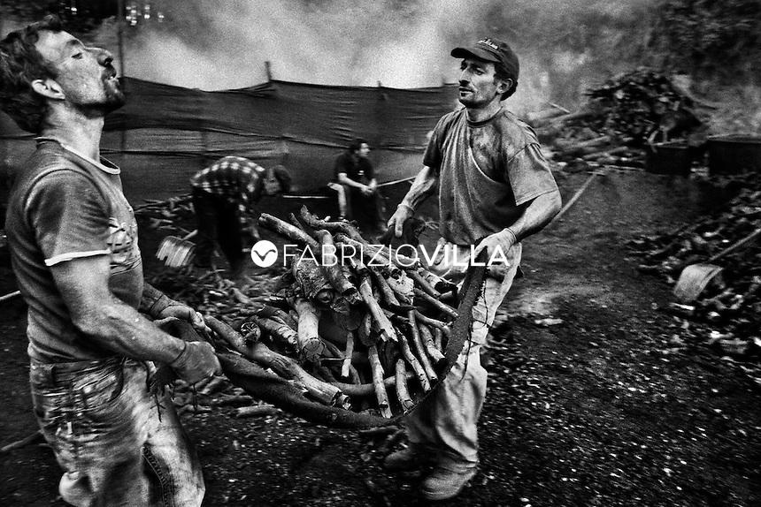Serra San Bruno (Vibo Valentia). La trasformazione della legna in carbone vanta una tradizione secolare nei boschi serresi che si tramanda da tante generazioni.
