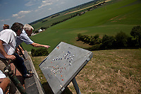 turisti osservano la piantina del campo di battaglia di Waterloo