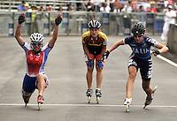 CALI - COLOMBIA - 04-08-2013: Erika zanetti de Italia gana la medalla de oro en la prueba de los 500 metros mayores damas en patinaje de Velocidad en los IX Juegos Mundiales Cali, agosto 4 de 2013. (Foto: VizzorImage / Luis Ramirez / Staff). Erika Zanetti from Italy (R) wins the gold medal in the competition of 500 meters senior women in Speed Skating in the IX World Games Cali, August 4 2013. (Photo: VizzorImage / Luis Ramirez / Staff).