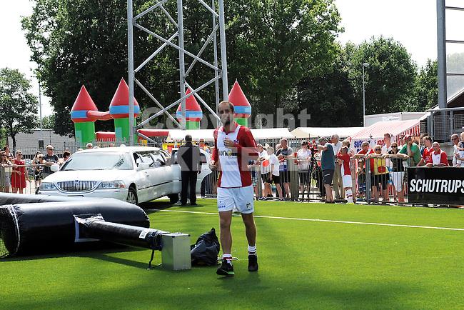 117 km<br /> GRONINGEN - Voetbal, Open dag FC Emmen, JENS Vesting, seizoen 2014-2015, 03-08-2014,  nieuwe spelers kwamen per limousine FC Emmen speler Marcel Seip