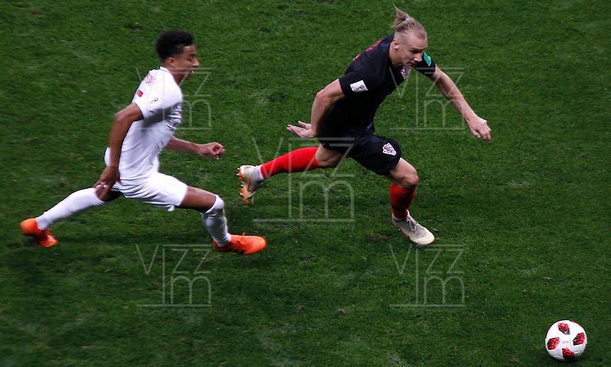 MOSCU - RUSIA, 11-07-2018: Domagoj VIDA (Der) jugador de Croacia disputa el balón con Jesse LINGARD (Izq) jugador de Inglaterra durante partido de Semifinales por la Copa Mundial de la FIFA Rusia 2018 jugado en el estadio Luzhnikí en Moscú, Rusia. / Domagoj VIDA (R) player of Croatia fights the ball with Jesse LINGARD (L) player of England during match of Semi-finals for the FIFA World Cup Russia 2018 played at Luzhniki Stadium in Moscow, Russia. Photo: VizzorImage / Julian Medina / Cont