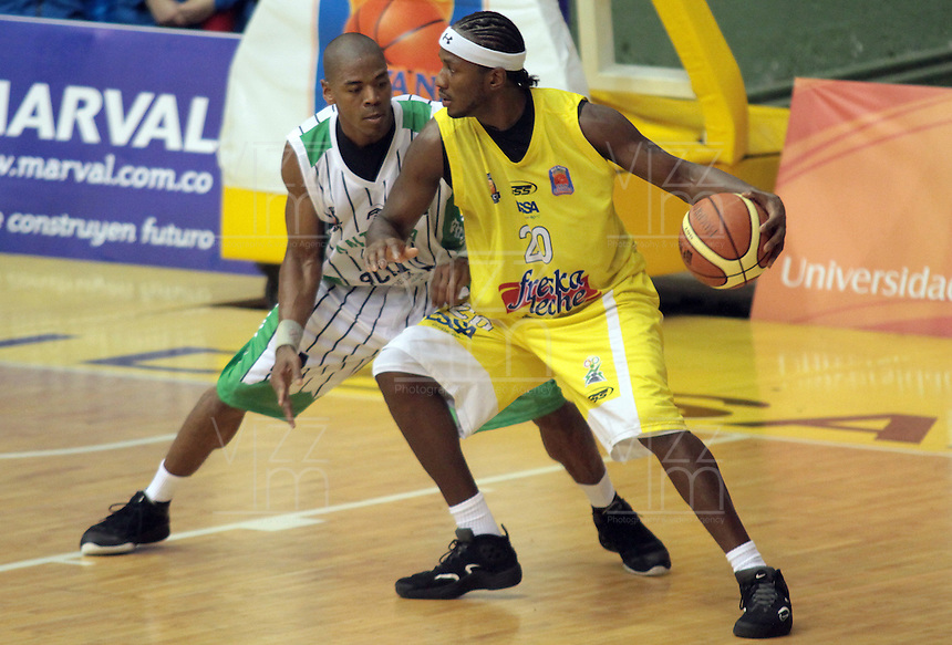 BUCARAMANGA -COLOMBIA, 20-04-2013.  Jason Edwin (d) de Búcarosdisputra el balón con Norbey Aragón (i) de Academia durante partido de la fecha 2 fase II de la Liga DirecTV de baloncesto profesional colombiano 2013 disputado en la ciudad de Bucaramanga./ Jason Edwin (r) of Bucaros  fights for the ball with Norbey Aargon of Academia during game of the second date phase II of DirecTV League of professional Basketball of Colombia 2013 at Bucaramanga city. Photo:VizzorImage / Jaime Moreno / STR