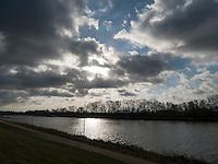 Dramatischer Himmel, Elbe bei Geesthacht, Schleswig-Holstein, Deutschland <br /> Dark clouds, River Elbe near Geesthacht, Schleswig-Holstein, Germany