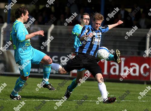 2010-04-18 / Voetbal / seizoen 2009-2010 / Rupel-Boom - SV Sottegem / Joren Dom (Rupel-Boom) wordt afgestopt..Foto: mpics