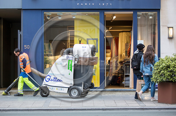 BRUSSELS - BELGIUM - 27 October 2016 -- Street cleaner at Avenue Louis. -- PHOTO: Juha ROININEN / EUP-IMAGES