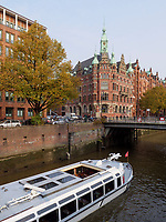 Touristenboote in der  Speicherstadt, Hamburg, Deutschland, Europa, UNESCO-Weltkulturerbe<br /> Touristbooat inSpeicherstadt, Hamburg, Germany, Europe, UNESCO world heritage