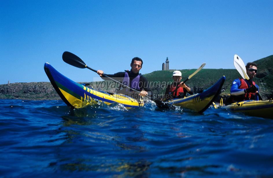 Europe/France/Bretagne/22/Côtes d'Armor/Cap Frehel: raid en kayak de mer en fond le cap avec son phare [Non destiné à un usage publicitaire - Not intended for an advertising use]