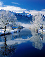 Germany, Bavaria, Upper Bavaria, Toelzer Land, Winter morning Lake Kochel with river Loisach leaving the lake | Deutschland, Bayern, Oberbayern, Toelzer Land, Wintermorgen am Kochelsee, die Loisach tritt hier aus und fliesst weiter bis zum Eintritt in die Isar