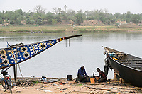 MALI, Kayes, Sengegal river,  boat building of  wooden Pinasse boats at river bank / Senegal Fluss, Bootsbau, Pinasse, Piroge aus Holz mit Bemalung
