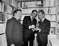 """Sujet : Lancement du livre """"Fam-ti-di-lam"""" - M.Laliberté (libraire), Gilles Vigneault (Auteur) et Jean-Noel Tremblay (Ministre des affaires culturelles)<br /> , le 13 décembre 1967<br /> <br /> Photographe : Photo Moderne<br />  - Agence Quebec Presse"""