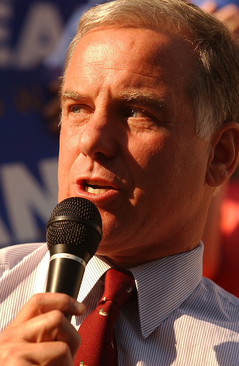 dean9/062403 - Presidential candidate Howard Dean, D-Vt., speaks at a rally at the Capitol City Brewery on Mass. Ave, NE.