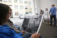 Besucher betrachten im Rahmen des Vortrags historische Fotografien