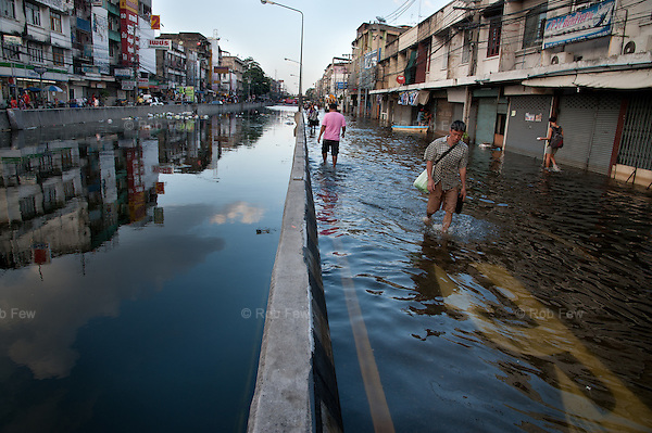 An underground tunnel becomes a lake on the west side of Bangkok's central river. <br /> <br /> Thailand's worst floods for 50 years finally reached the suburbs of Bangkok in October 2011. While the government dithered and argued with itself, more than 200 people died.