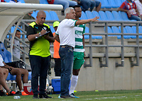 SANTA MARTA - COLOMBIA, 02-02-2019: Humberto Sierra técnico de Equidad da instrucciones a Carlos Peralta durante el partido entre Unión Magdalena y La Equidad como parte de la Liga Águila I 2019 jugado en el estadio Sierra Nevada de la ciudad de Santa Marta. / Humberto Sierra coach of Equidad gives directions to Carlos Peralta during match for the date 3 between  Union Magdalena and La Equidad as a part Aguila League I 2019 played at Sierra Nevada stadium in Santa Marta city. Photo: VizzorImage / Gustavo Pacheco / Cont