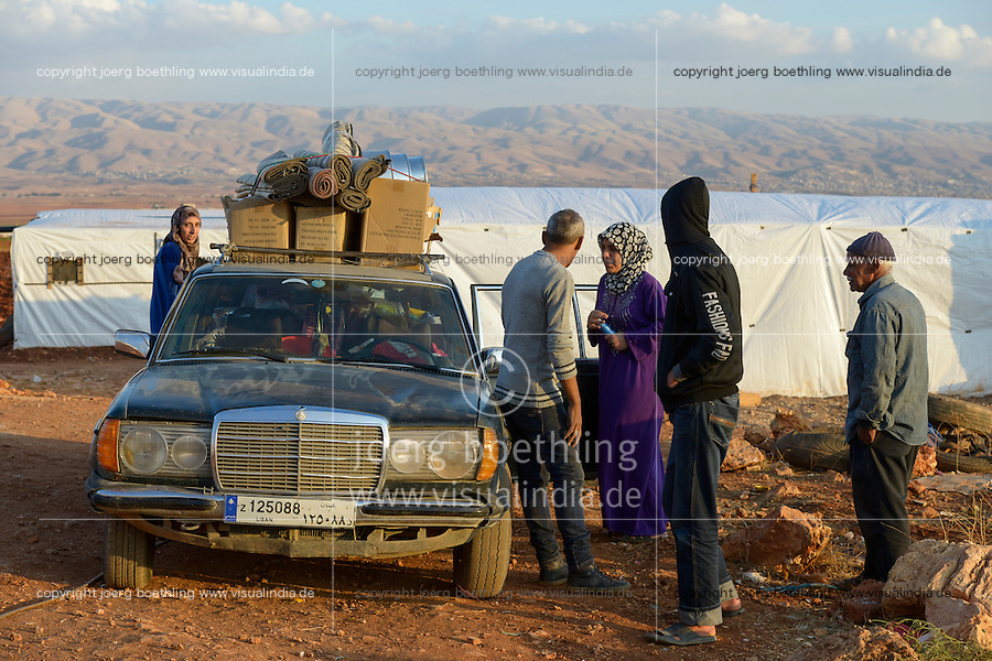 LEBANON Beqaa valley, Deir el Ahmad, camp for syrian refugees, Mercedes Benz car with luggage / LIBANON Bekaa Tal, Deir el Ahmad, Camp fuer syrische Fluechtlinge am Dorfrand, Mercedes Benz Auto mit Gepaeck