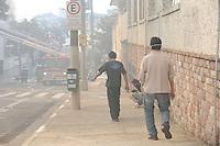 SAO PAULO, SP, 31.07.2013 - INCENDIO/MOOCA - Um incêndio atingiu na manhã desta quarta- feira, 31, o depósito dos Armarinhos Fernando, na zona leste de São Paulo. De acordo com o Corpo de Bombeiros, as chamas começaram um pouco antes das 10 horas, no número 156 da Avenida Paes de Barros, na Mooca. Ainda segundo a corporação, o incêndio não deixou vítimas. (Foto: Adriano Lima / Brazil Photo Pres