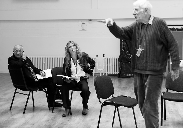 """King Lear"" rehearsed reading rehearsals. Old Vic Theatre. Director: Jonathan Miller. L to R: Tony Robinson, Honeysuckle Weeks, Jonathan Miller."