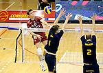 2015-10-28 / Volleybal / seizoen 2015-2016 / Antwerpen - Amigos / Jolan Cox (Antwerpen) probeert het blok van zijn broer Wim (1) en Pieter Relecom (2) te verslaan.<br /><br />Foto: Mpics.be