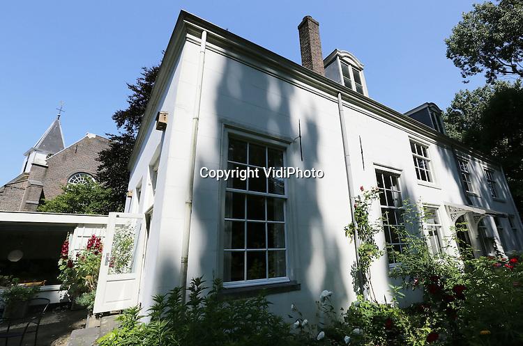 Foto: VidiPhoto<br /> <br /> AMSTERDAM - De voormalige pastorie van de Hervormde kerk aan de Spaarndammerdijk in Amsterdam is nu het eigendom van filmproducent Peter Lataste. Het pand staat te koop op Funda.