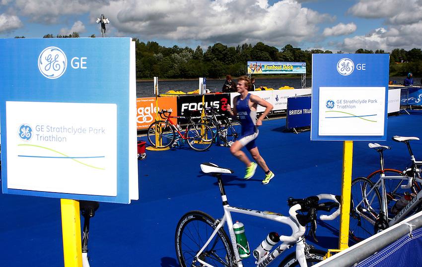 Photo: Richard Lane/Richard Lane Photography. GE Strathclyde Park Triathlon. 22/05/2011. Elite Men race.