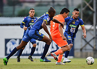 ENVIGADO - COLOMBIA, 09-02-2019: Wilfrido de la Rosa de Envigado disputa el balón con Jeisson Palacios de Alianza Petrolera durante partido por la fecha 4 de la Liga Águila I 2019 entre Envigado F.C. y Alianza Petrolera jugado en el Polideportivo Sur de Envigado. / Wilfrido de la Rosa of Envigado struggles the ball with Jeisson Palacios of Alianza P during match for the date 4 as part Aguila League I 2019 between Envigado F.C. and Alianza Petrolera played at Polideportivo Sur of Envigado city.  Photo: VizzorImage/ León Monsalve / Cont