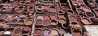 Afrique/Maghreb/Maroc/Fès : Dans la médina les cuves du souk des tanneurs