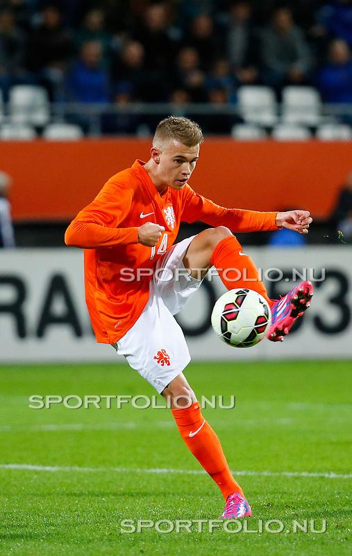 Nederland, Alkmaar, 9 oktober 2014<br /> Play-offs EK-kwalificatie<br /> Jong Oranje-Jong Portugal (0-2)<br /> Daley Sinkgraven van Jong Oranje in actie met bal