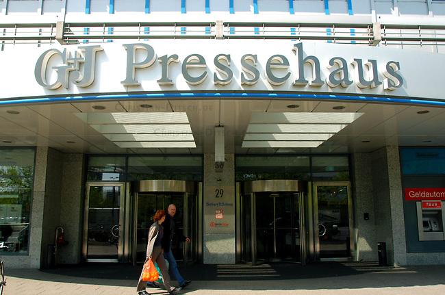 Querelen auf dem Berliner Zeitungsmarkt<br /> Die beiden Medien-Konzerne Holtzbrinck und Springer haben im Streit um die Neuordnung des Berliner Zeitungsmarkts mit der Einstellung ihrer Hauptstadt-Zeitungen gedroht.<br /> Der Holtzbrink-Konzern, Inhaber des &quot;Tagesspiegel&quot;, beabsichtigt die &quot;Berliner Zeitung&ldquo; von Gruner &amp; Jahr zu kaufen. Dazu ist eine Sondererlaubnis des Bundeswirtschaftsministers Minister Clement erforderlich. Sollte Clement diese Erlaubnis nicht erteilen, wuerde der Holtzbinck-Konzern sich vorbehalten den Tagesspiegel einzustellen.<br /> Der Springer-Konzern droht im Fall einer Kauferlaubnis durch den Bundeswirtschaftsminister seine Zeitungen &quot;Berliner Morgenpost&quot; und &quot;Die Welt&quot; einzustellen.<br /> Hier: Gruner &amp; Jahr-Verlagsgebaeude, Sitz der Tageszeitung &quot;Berliner Zeitung&quot;.<br /> 23.4.2003, Berlin<br /> Copyright: Christian-Ditsch.de<br /> [Inhaltsveraendernde Manipulation des Fotos nur nach ausdruecklicher Genehmigung des Fotografen. Vereinbarungen ueber Abtretung von Persoenlichkeitsrechten/Model Release der abgebildeten Person/Personen liegen nicht vor. NO MODEL RELEASE! Nur fuer Redaktionelle Zwecke. Don't publish without copyright Christian-Ditsch.de, Veroeffentlichung nur mit Fotografennennung, sowie gegen Honorar, MwSt. und Beleg. Konto: I N G - D i B a, IBAN DE58500105175400192269, BIC INGDDEFFXXX, Kontakt: post@christian-ditsch.de<br /> Bei der Bearbeitung der Dateiinformationen darf die Urheberkennzeichnung in den EXIF- und  IPTC-Daten nicht entfernt werden, diese sind in digitalen Medien nach &sect;95c UrhG rechtlich geschuetzt. Der Urhebervermerk wird gemaess &sect;13 UrhG verlangt.]