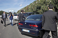 Calcio 64 indagati per false fatturazioni e truffa tra le societa  indagate dalla procura di Napoli ci sono la juventus il Milan ed il Napoli <br /> in una foto di archivio del 2012   agenzti della Finanza all'uscita dalla sede del Calcio Napoli a Castel Volturno