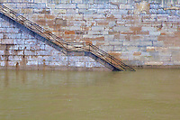Senna, una scala che portava sul bordo fiume inagibile a causa della piena, Senna, a staircase leading to the edge of the river impassable due to flood, Senna, un escalier menant au bord de la rivière impraticables en raison des inondations