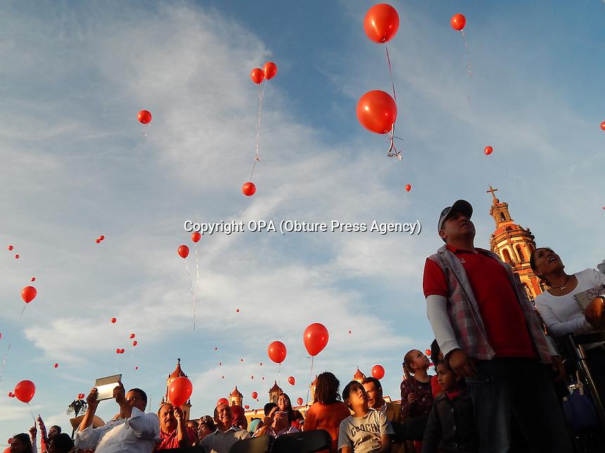 San Juan del Río, Qro.- Cientos de niños fueron festejados por parte del municipio en el centro de la ciudad. El presidente Fabián Pineda organizó un festival con payasos, globos y rosca de reyes para los asistentes. Foto Obture Press Agency