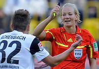 Fussball, 2. Bundesliga, Saison 2011/12, SG Dynamo Dresden - Alemannia Aachen, Sonntag (16.10.11), gluecksgas Stadion, Dresden. Schiedsrichterin Bibiana Steinhaus diskutiert mit Aachens Timo Achenbach.