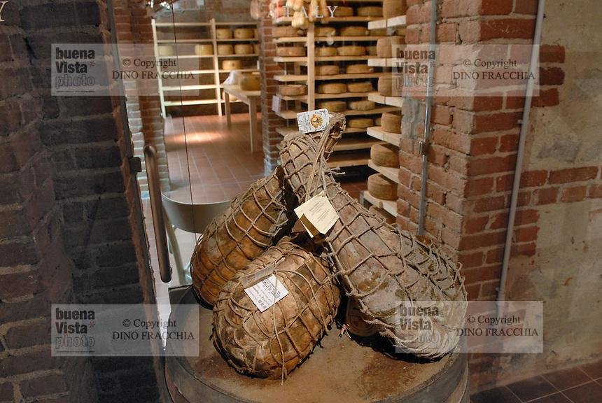 - Eataly, market for the sale of quality Italian food, cellar for ham aging<br /> <br /> - Eataly, market per la vendita del cibo italiano di qualit&agrave;, cantina per la stagionatura del prosciutto