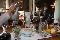 Europe/France/Provence-Alpes-Côte d'Azur/06/Alpes-Maritimes/Nice:  Hôtel: le Négresco  Le Barman prépare un cocktail