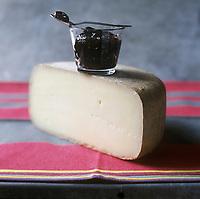 Europe/France/Aquitaine/64/Pyrénées-Atlantiques: Fromage  AOC Ossau-Iraty ,fromage au lait de brebis accompagné de la  confiture de cerises noires faite avec les célèbres cerises d'Itxassou - Stylisme : Valérie LHOMME