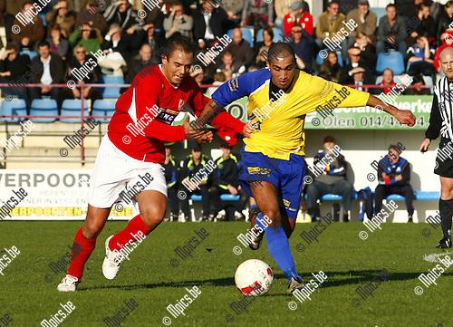 2009-11-08 / voetbal / VC Herentals - FC De Kempen / Veel strijd op het middenveld met Joeri Coomans (l. Herentals)  en Karim Tallal.