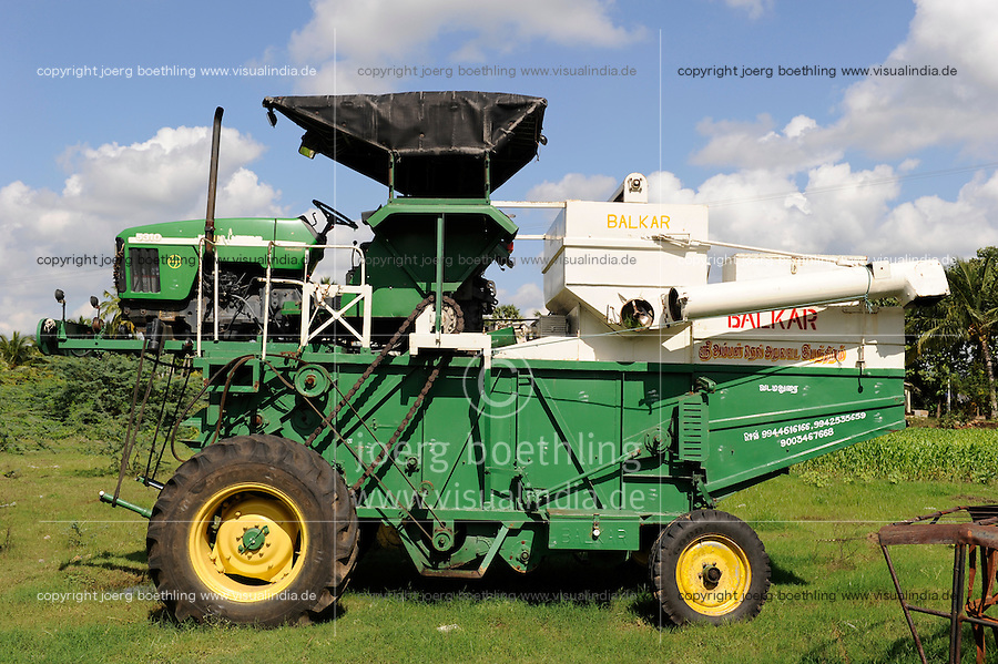 INDIA Tamil Nadu Dindigul, reconstructed John Deere tractor with combine harvester for paddy harvest / INDIEN Tamil Nadu, Dindigul , umgebauter John Deere Traktor als Maehdrescher fuer Reiseernte