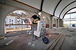 VLEUTEN - Een jonge bouwvakker hanteer de zaag bij het opmaat brengen van een stuk inton.  COPYRIGHT TON BORSBOOM