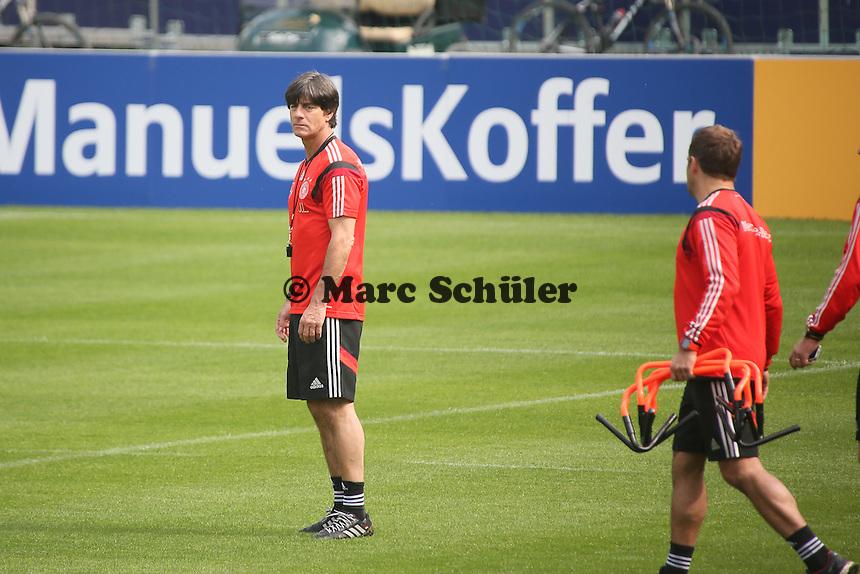 Bundestrainer Joachim Löw sieht sich den Trainingsplatz an - Trainingslager der Deutschen Nationalmannschaft zur WM-Vorbereitung in St. Martin