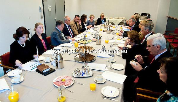 Bruessel - Belgien, 10. Mai 2012; .Parlamentarisches Fruehstueck 'Twinning Excellence' im Europaeischen Parlament mit u.a. Prof. Dr. Peter GRUSS, (li-mi) Praesident der Max-Planck-Gesellschaft; MdEP Herbert REUL, (li-li)(CDU - EVP) Mitglied im ITRE, EP-Ausschuss Industrie, Forschung und Energie; MdEP Norbert GLANTE, (li-re)(SPD - S&D) Mitglied im ITRE, EP-Ausschuss Industrie, Forschung und Energie; Photo: © HorstWagner.eu
