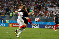 MOSCU - RUSIA, 11-07-2018: Luka MODRIC (Der) jugador de Croacia disputa el balón con Dele ALLI (Izq) jugador de Inglaterra durante partido de Semifinales por la Copa Mundial de la FIFA Rusia 2018 jugado en el estadio Luzhnikí en Moscú, Rusia. / Luka MODRIC (R) player of Croatia fights the ball with Dele ALLI (L) player of England during match of Semi-finals for the FIFA World Cup Russia 2018 played at Luzhniki Stadium in Moscow, Russia. Photo: VizzorImage / Julian Medina / Cont