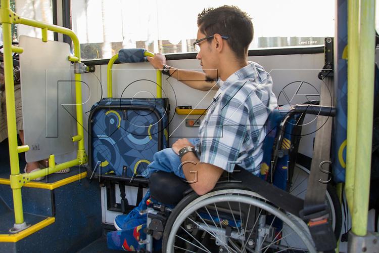 Cadeirante no lugar reservado para pessoas com deficiência em ônibus adaptável, São Paulo - SP, 07/2016.